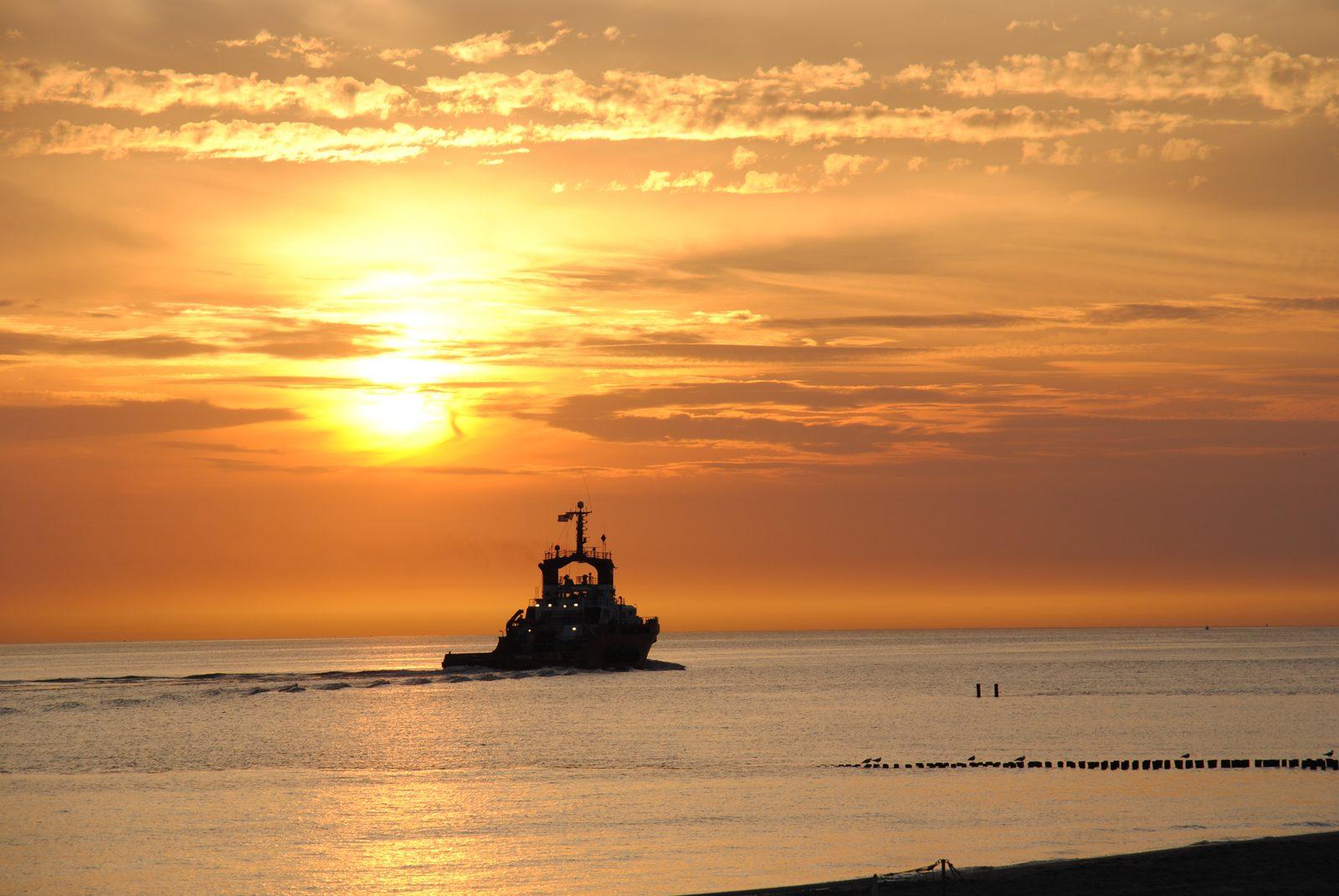 Schleppboot untergehende Sonne