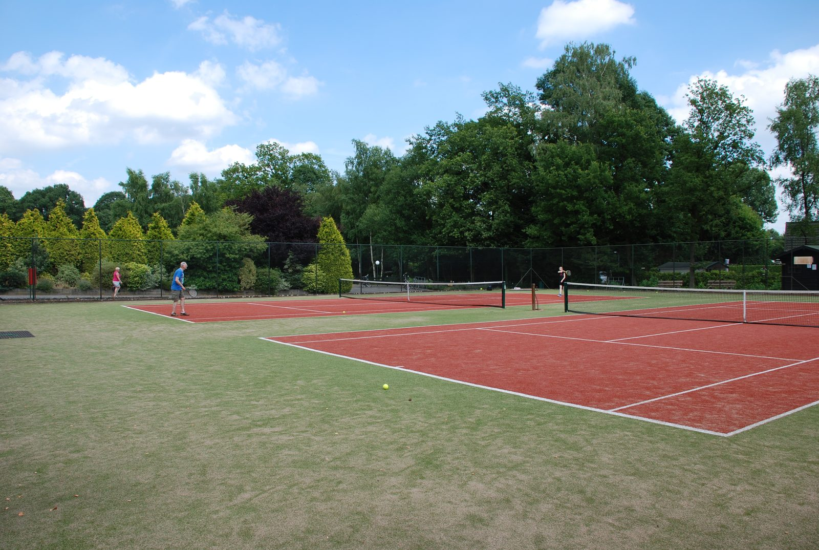 Parc de Kievit has a 10-person holiday home in Brabant, where you can use the tennis courts.