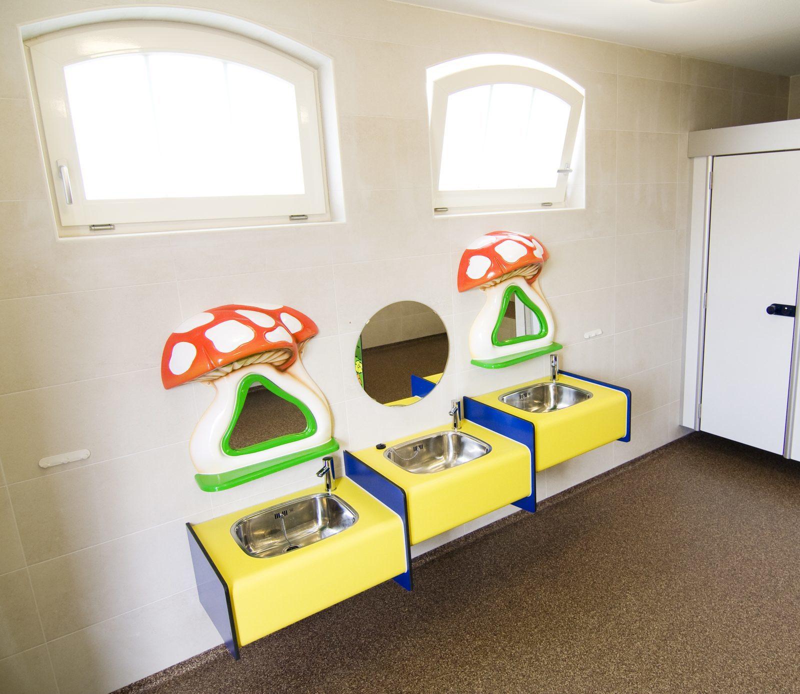 Sanitäre Anlagen für Kinder im luxuriösen Toilettenblock auf dem Campingplatz des Ferienparks De Boshoek