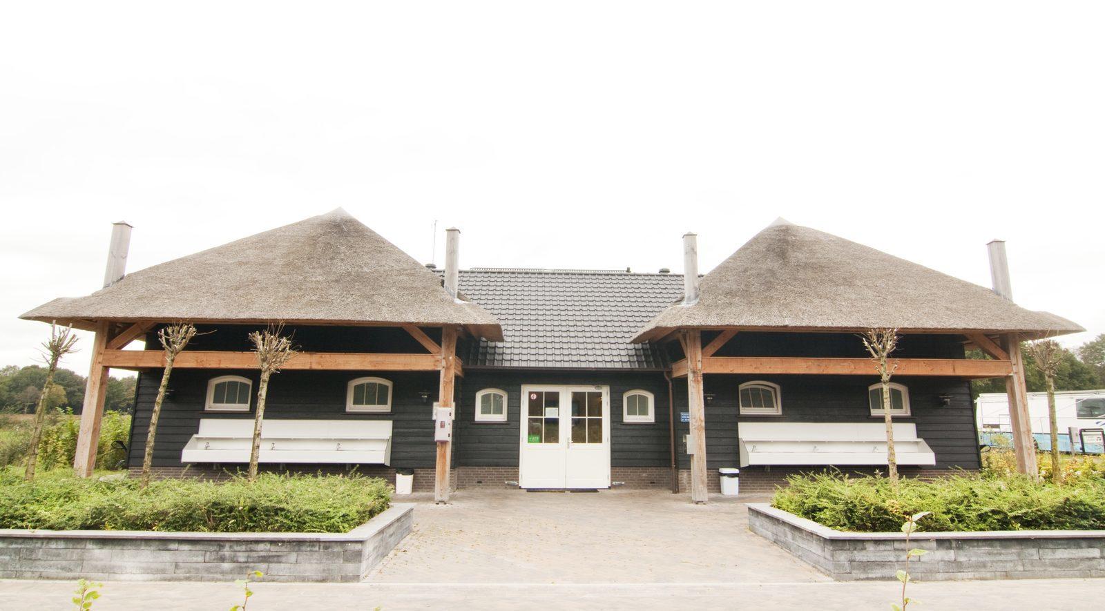 Luxus-Sanitärgebäude auf dem Campingplatz des Ferienparks De Boshoek