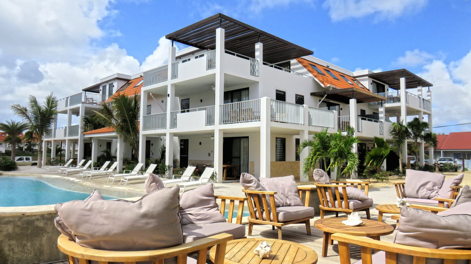 Looking for good resorts on Bonaire? Take a look at the good and new resorts that Resort Bonaire has. You can hang out at the pool and relax!