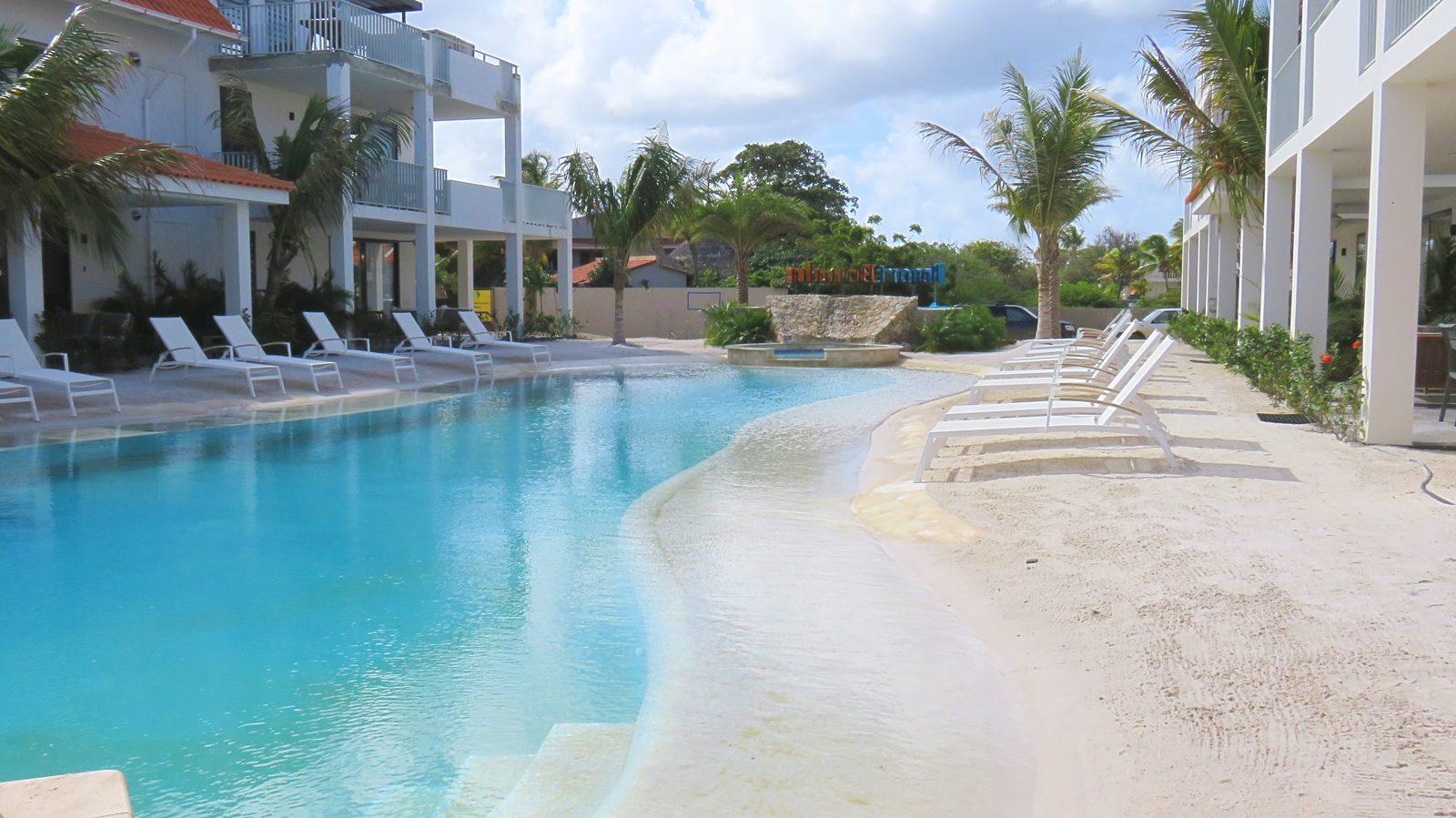 Découvrez la piscine du Resort Bonaire. Cette piscine en bord de plage est l'endroit où vous pourrez vous détendre et profiter du beau temps. Les enfants y passeront également un super moment.