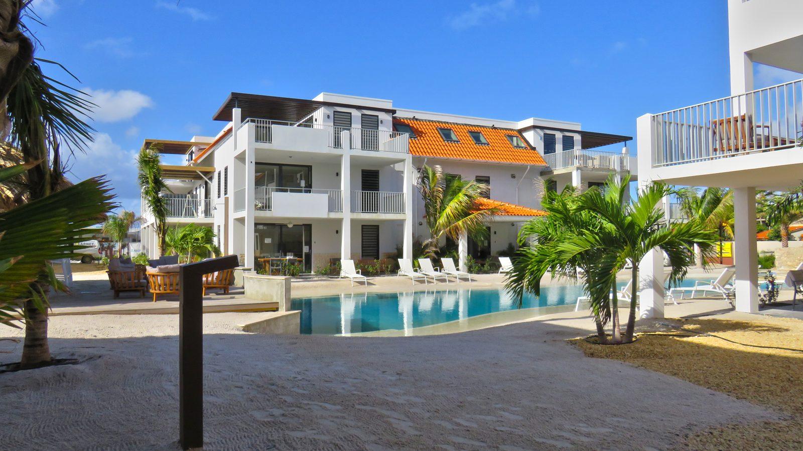 Ein Swimmingpool auf Bonaire? Den gibt es im Resort Bonaire. Wir haben einen Sandstrand, wo Kinder und Erwachsene sich vergnügen können.