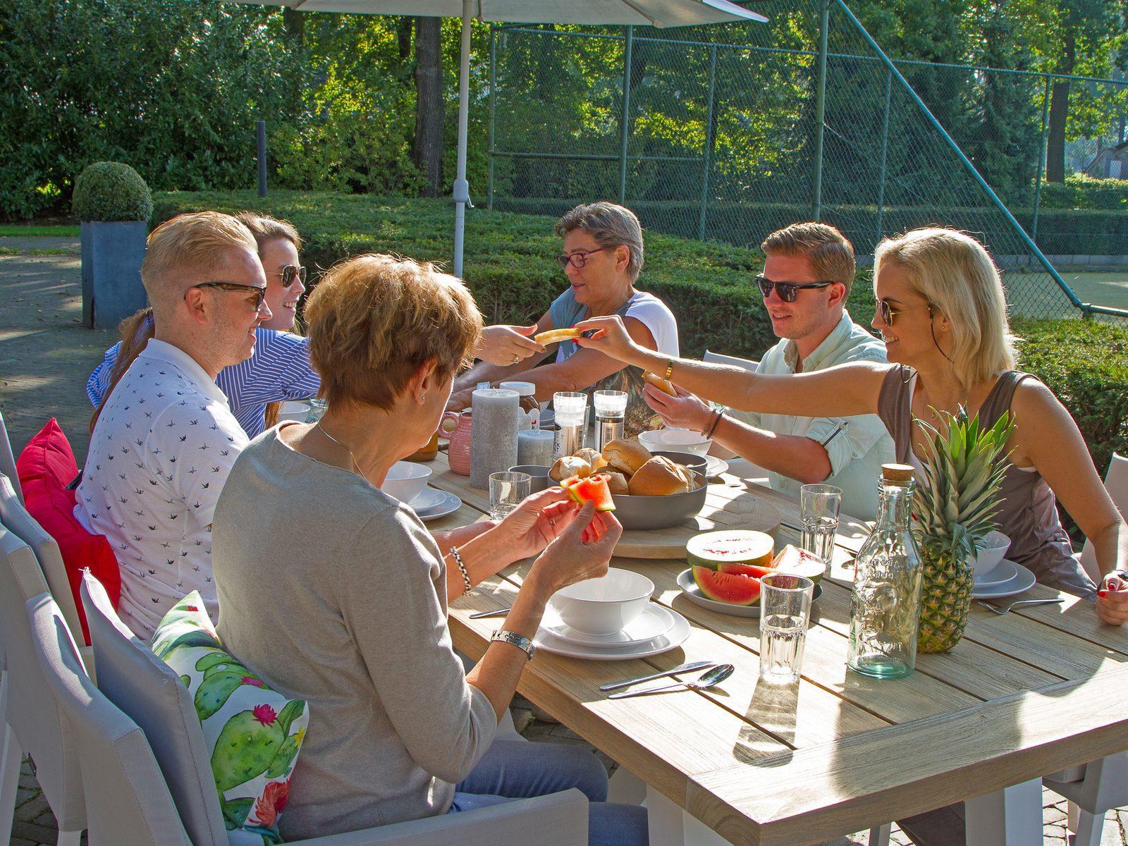 Met elkaar aan tafel tijdens uw vakantie op Hof van Salland in Hellendoorn