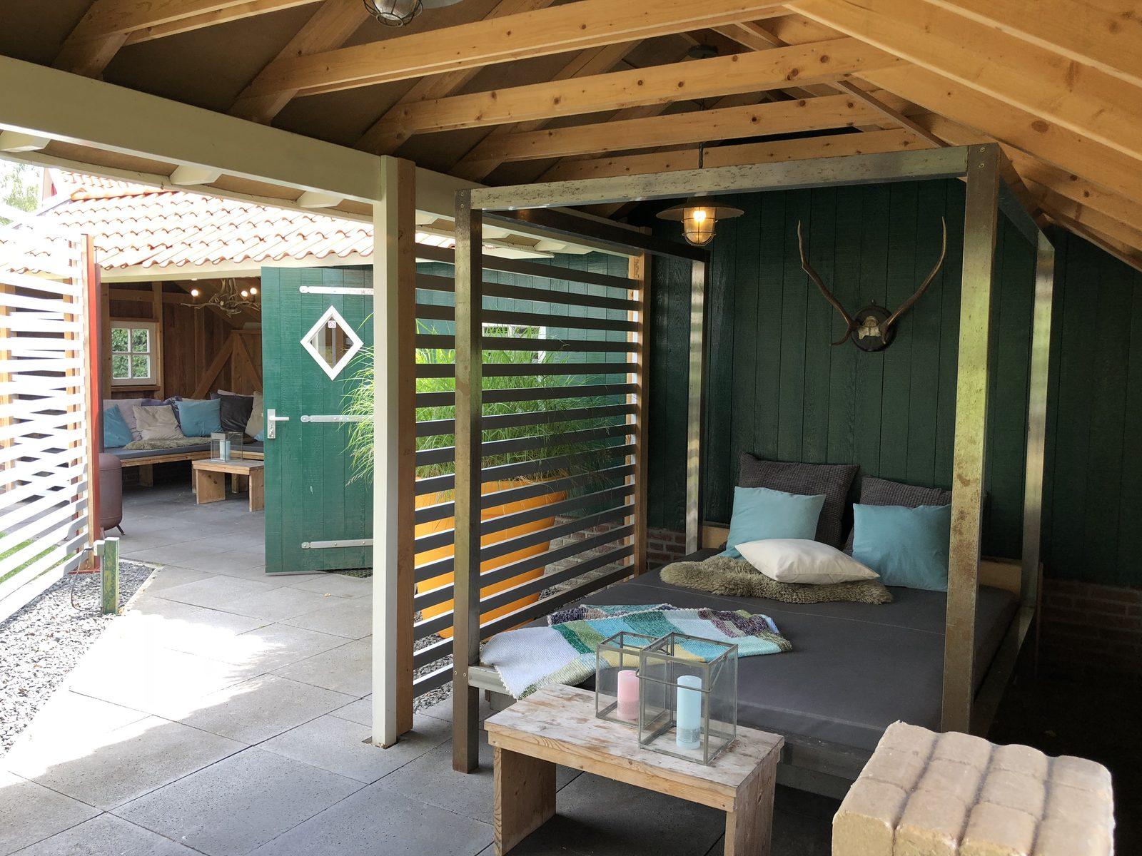 Lounge hemelbed en lounge bank bij de Goudvink