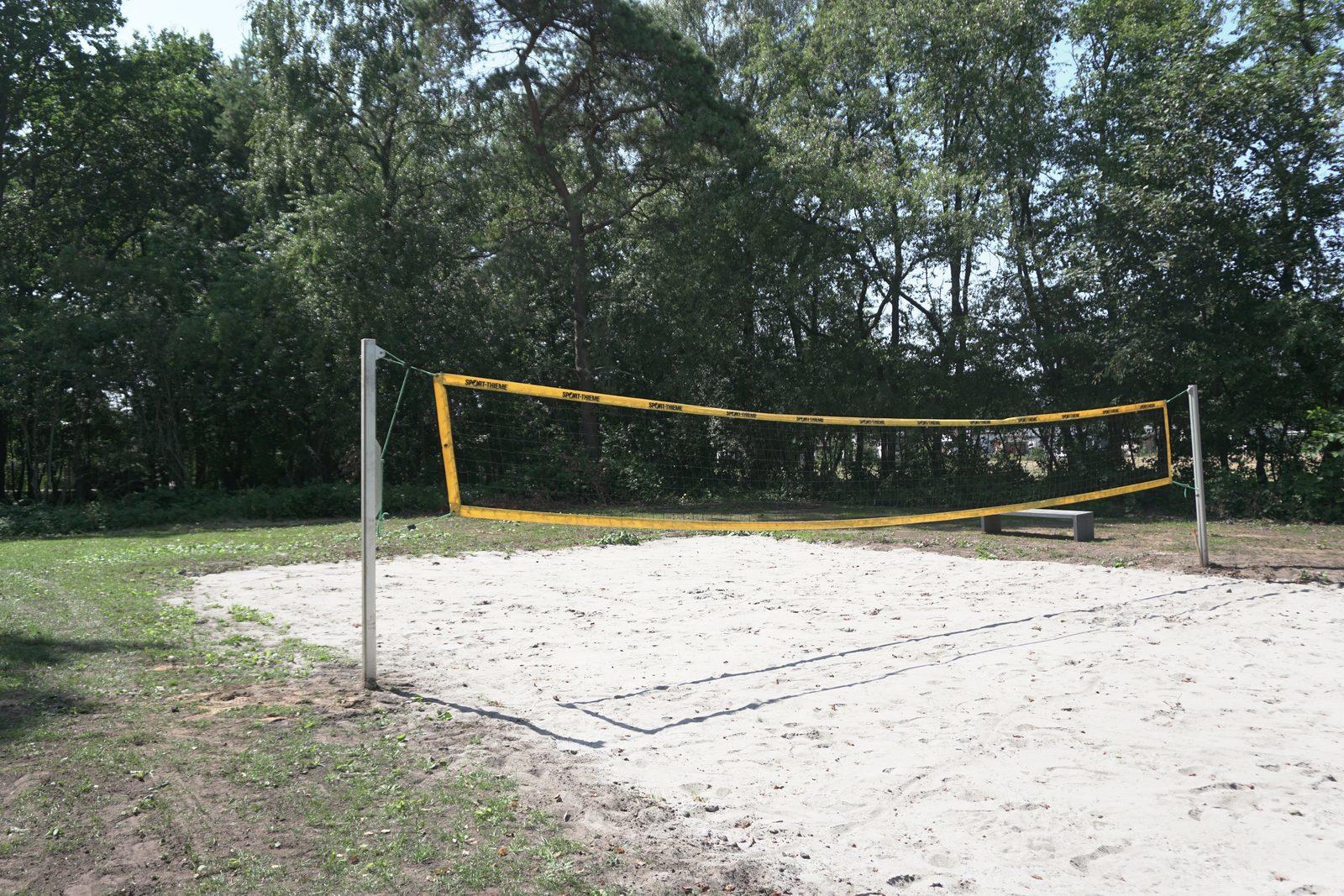 Beachvolleybal veld in activiteitenbos op Recreatiepark De Boshoek