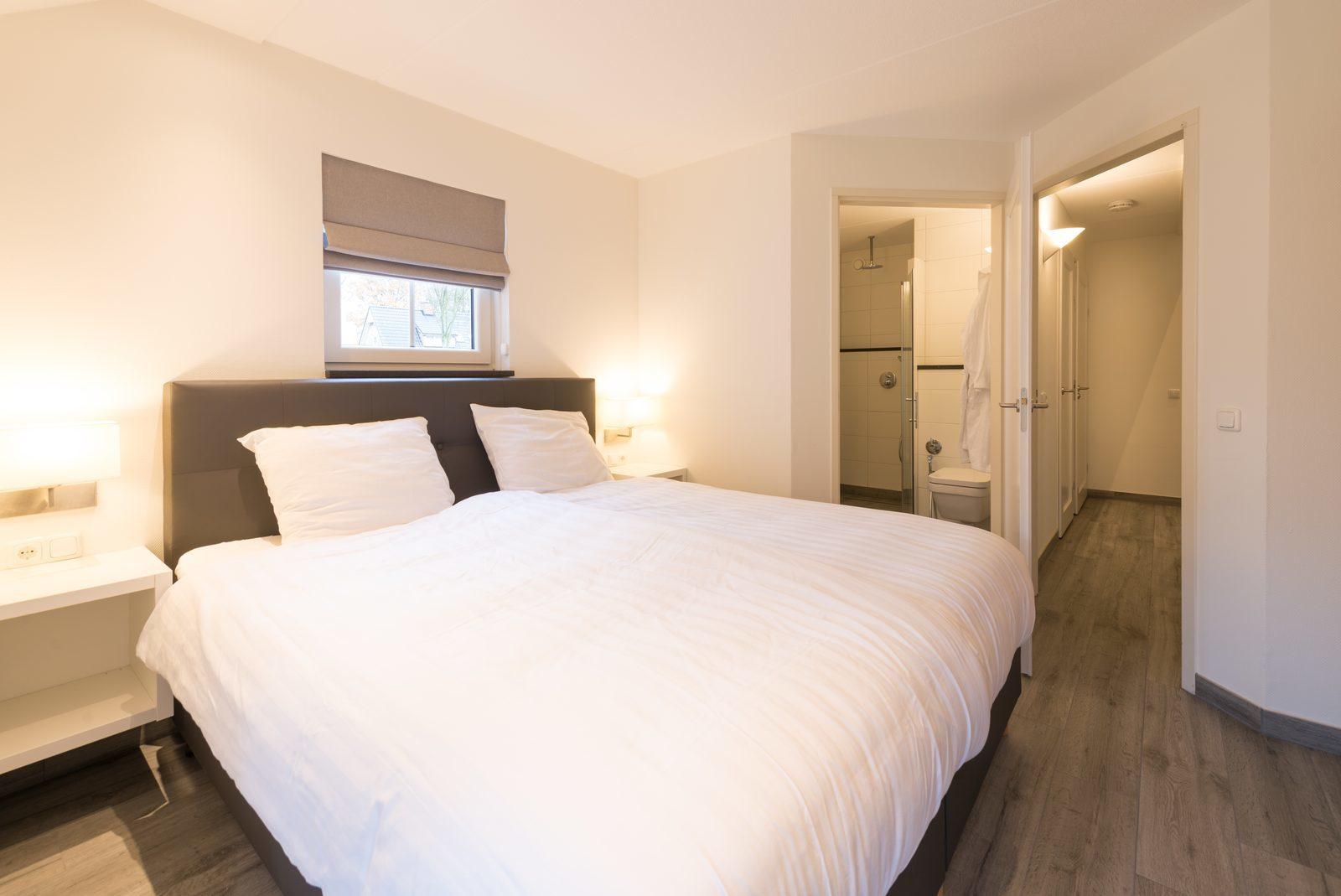 Wilgenhaege: slaapkamer met 2-persoonsbed en aangrenzende badkamer