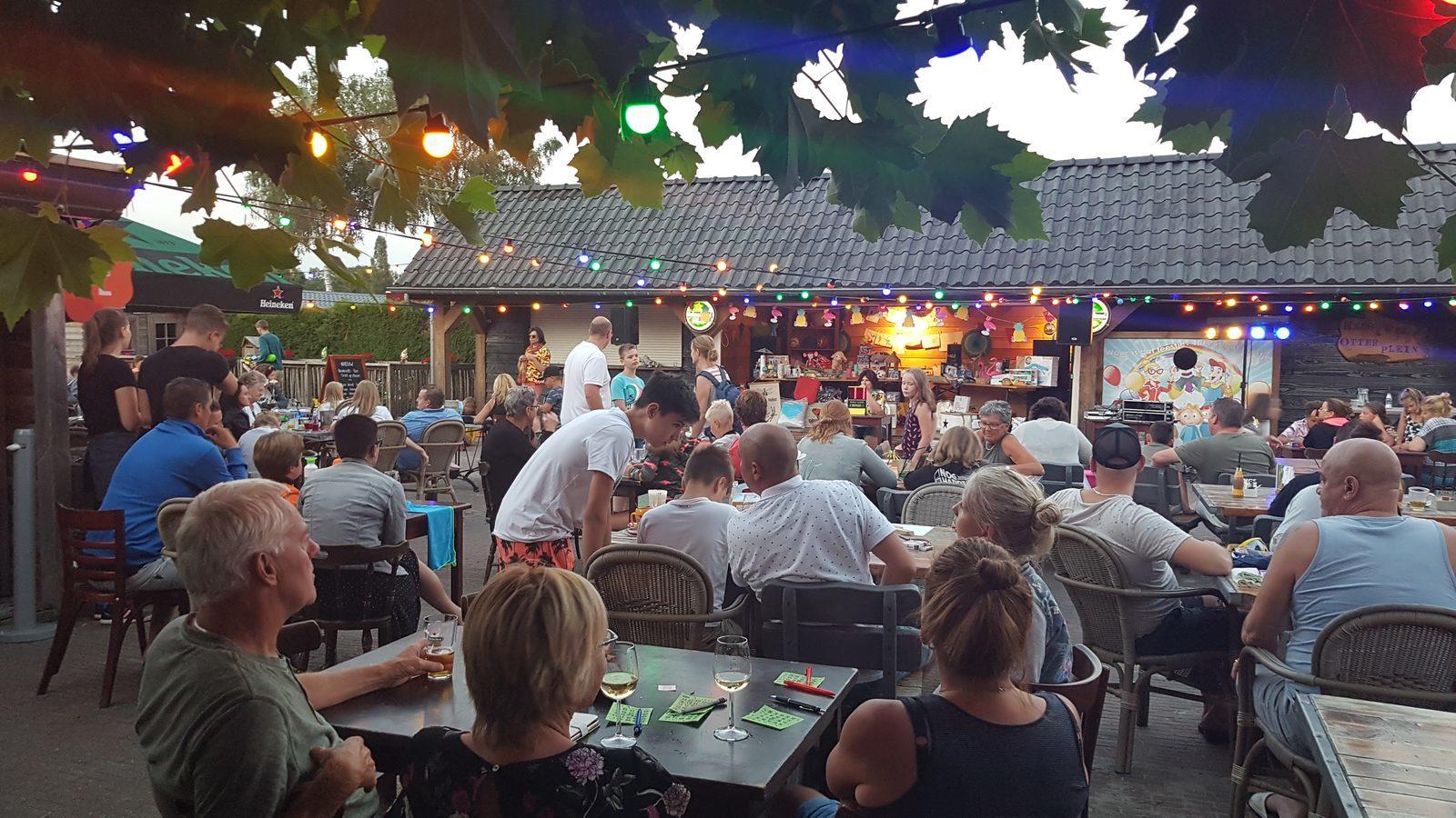 Genieten van de bingo avond op het terras van Western Plaza in Voorthuizen