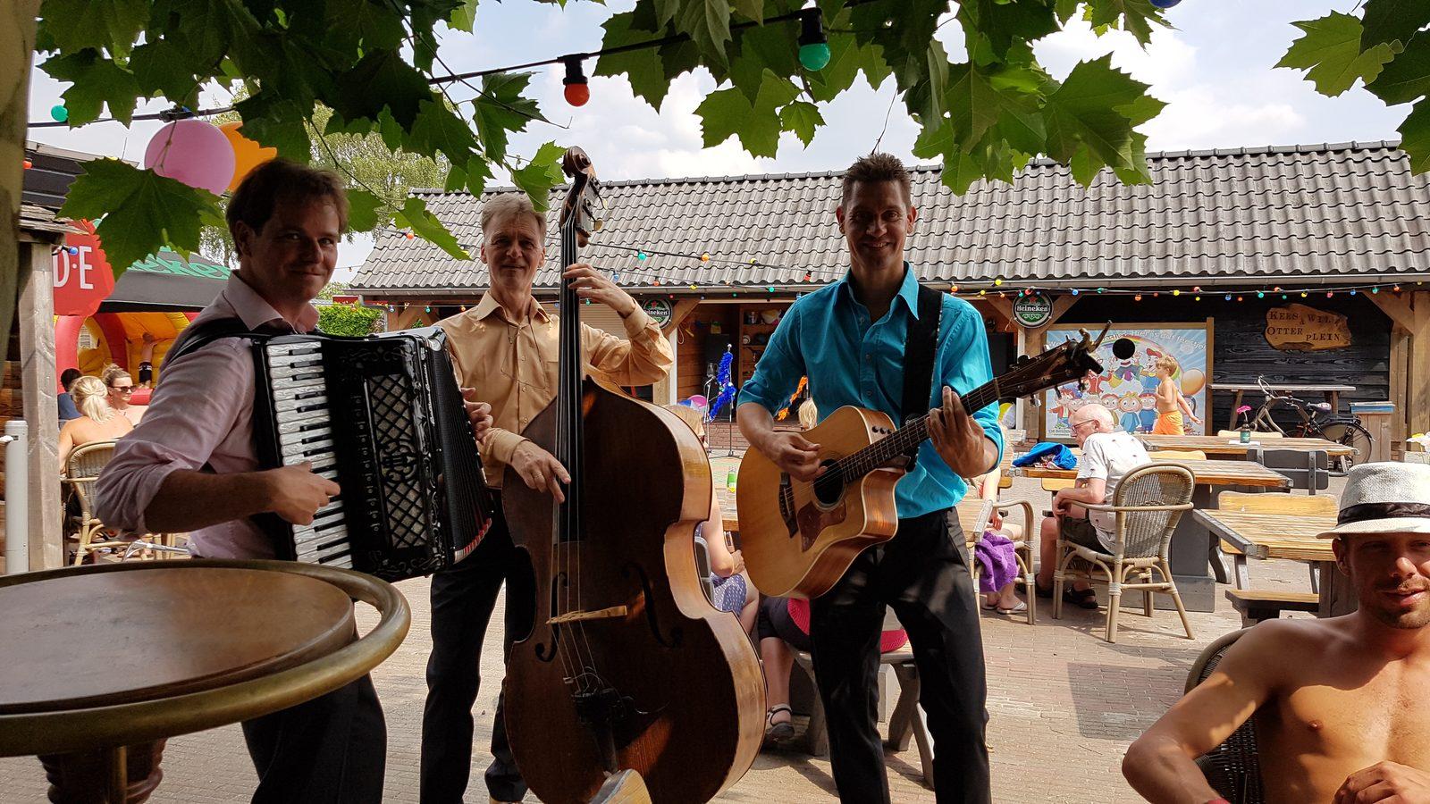 Muziek van Raak! op het plezierplein op De Boshoek