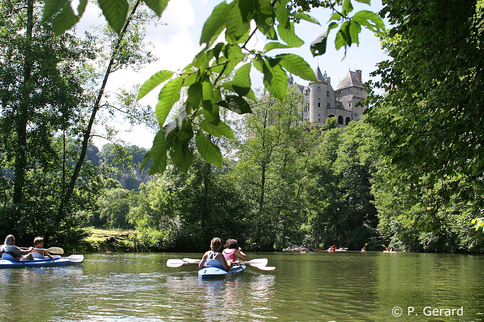 Kayakken tijdens de vakantie op de Lesse in de Belgische Ardennen