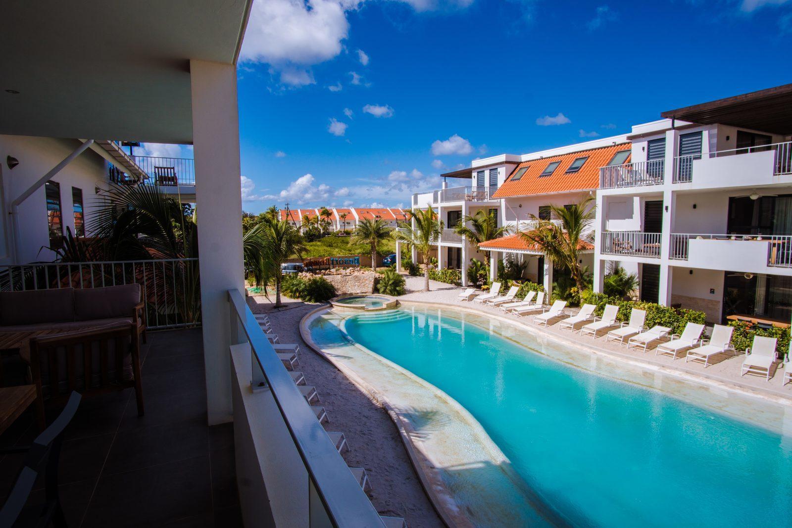 Jede der Ferienwohnungen im Resort Bonaire verfügt über eine Terrasse, von der aus Sie den Swimmingpool überblicken können.