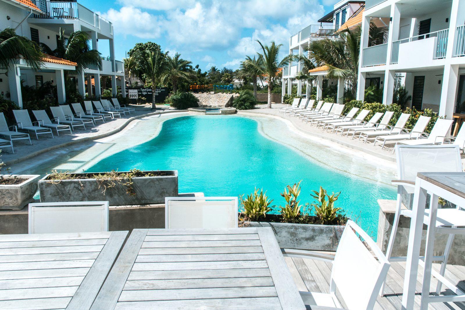 Das Resort Bonaire bietet verschiedene Terrassen, von denen aus Sie den Swimmingpool überblicken können.
