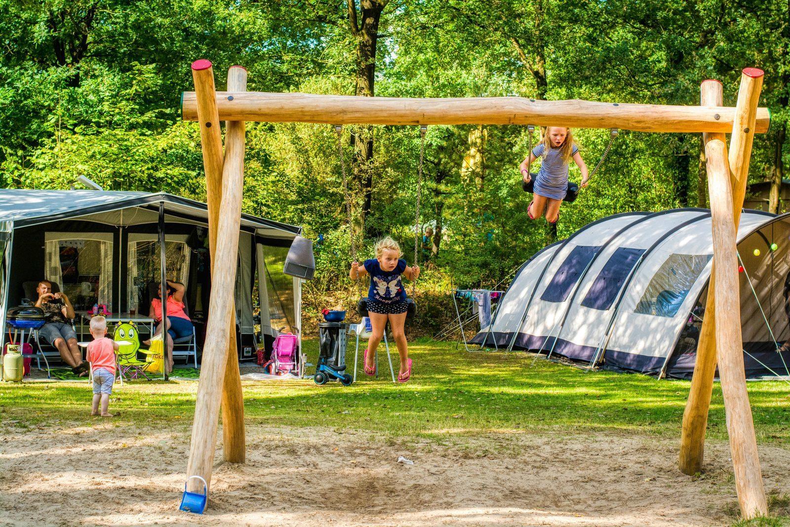 Camping auf einen Feld mit Blick auf einen Spielplatz