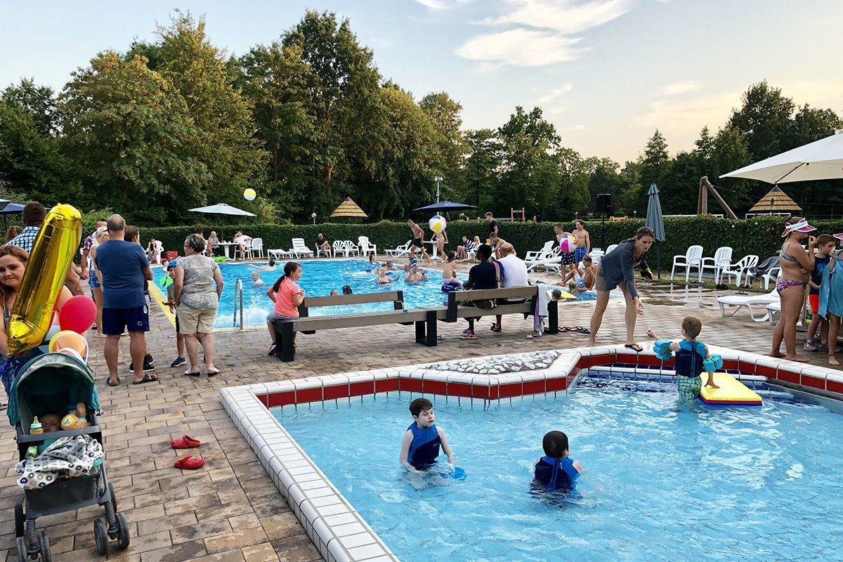 Verwarmd openlucht zwembad met kinderbad