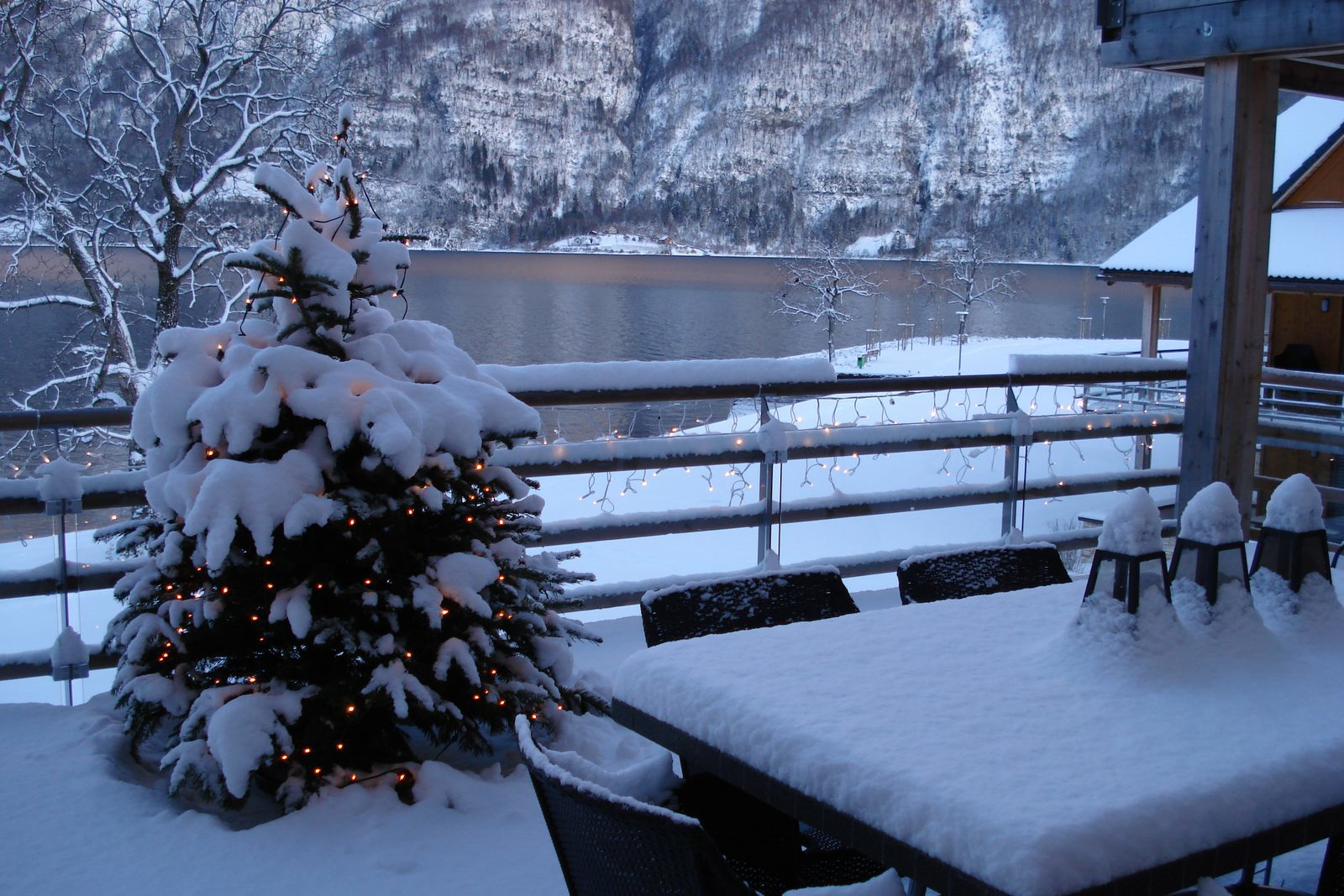 Book your white Christmas with lake view now!