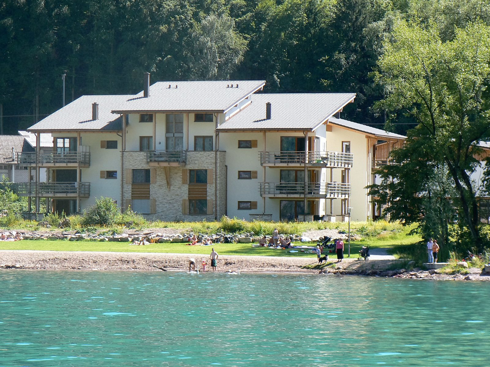 Sun, beach and water sports during the summer vacation, directly from the holiday homes of Walensee Apartments on Resort Walensee Heidiland Flumserberg Switzerland