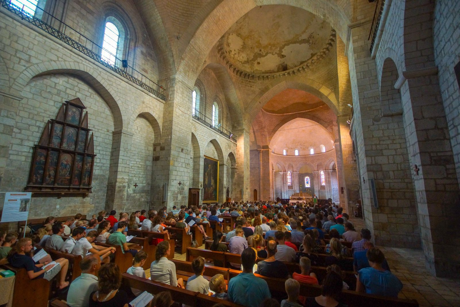 dienst in kathedrale kerk Souillac vanaf Beter Uit vakantiepark