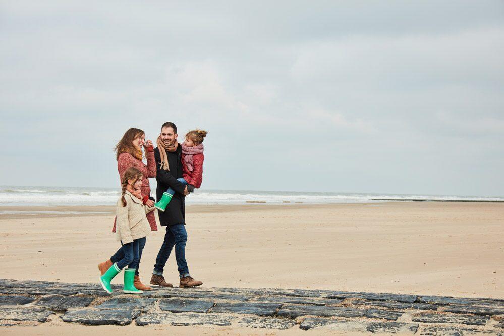 Familie op het strand aan de Belgische Kust