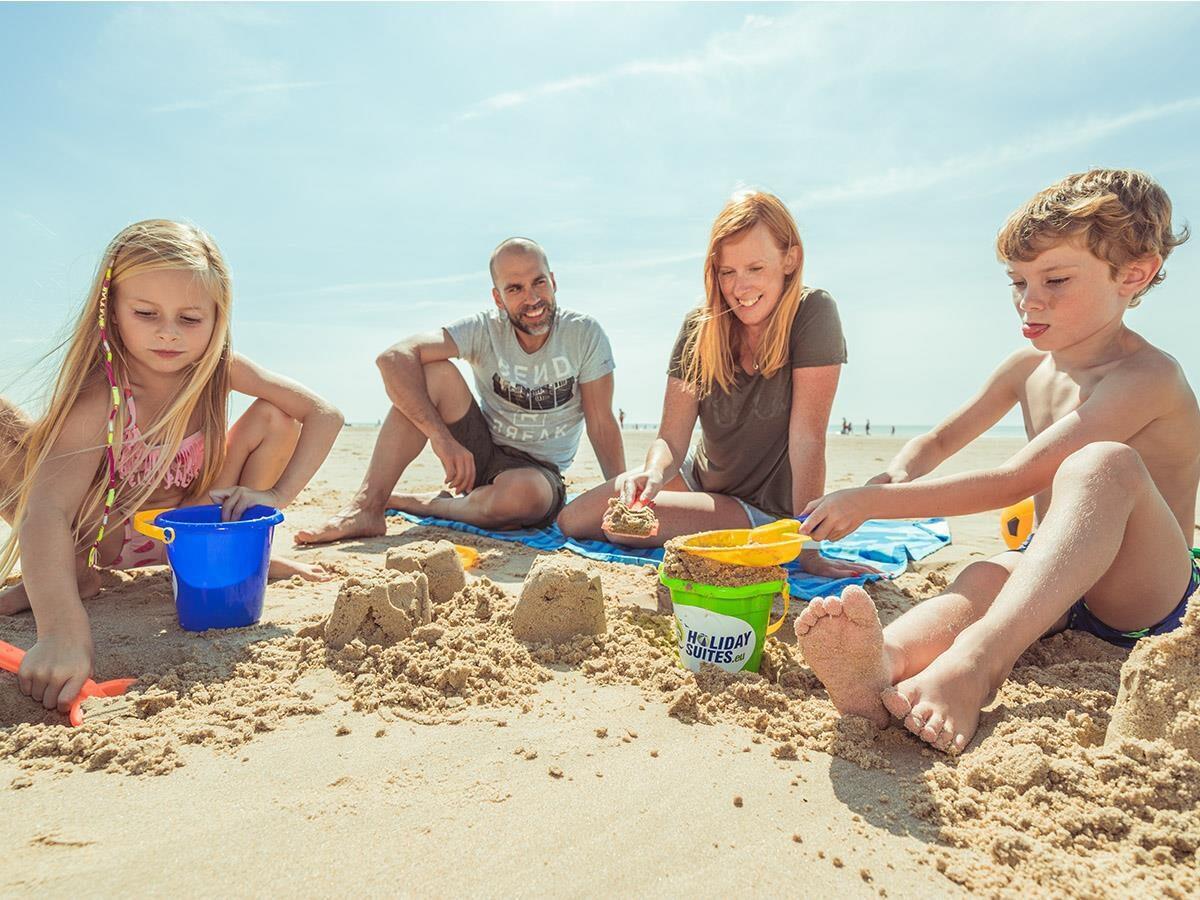 Gezin op het strand aan de Opaalkust