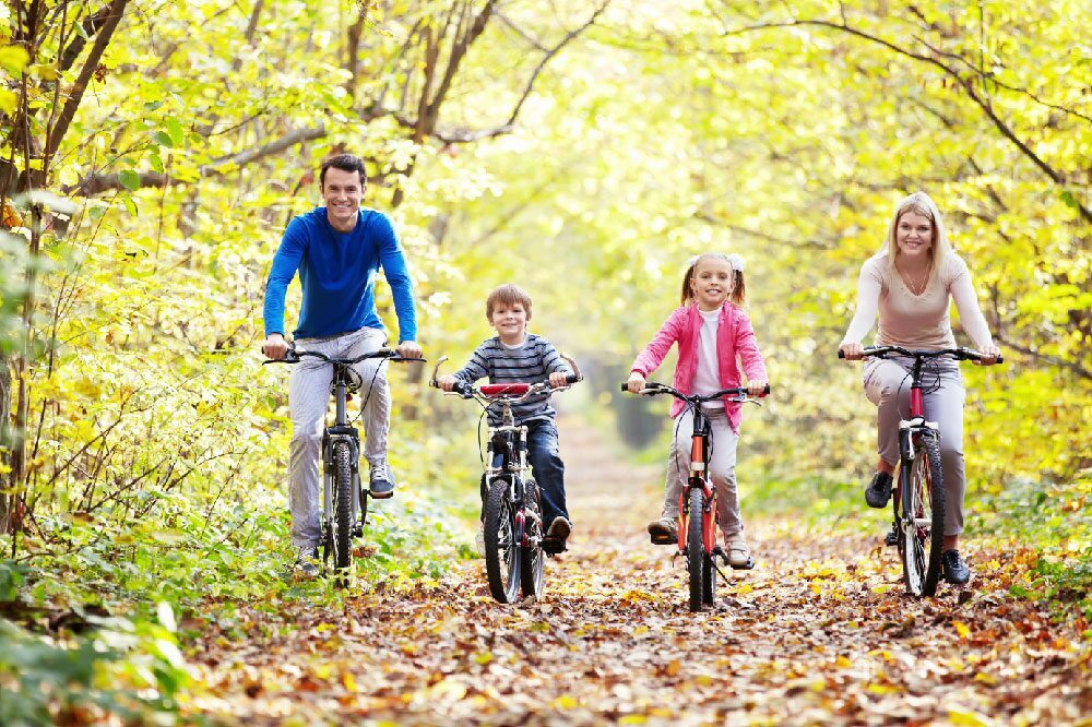 Fietsen met gezin in bos