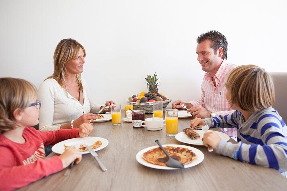Le petit déjeuner avec la famille