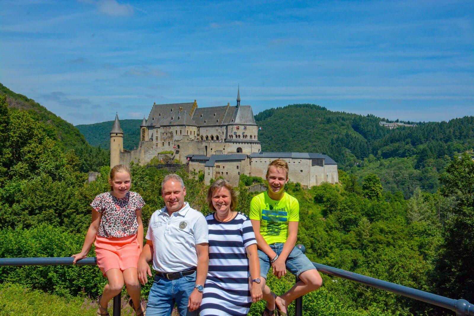 Gezinsfoto voor kasteel Vianden