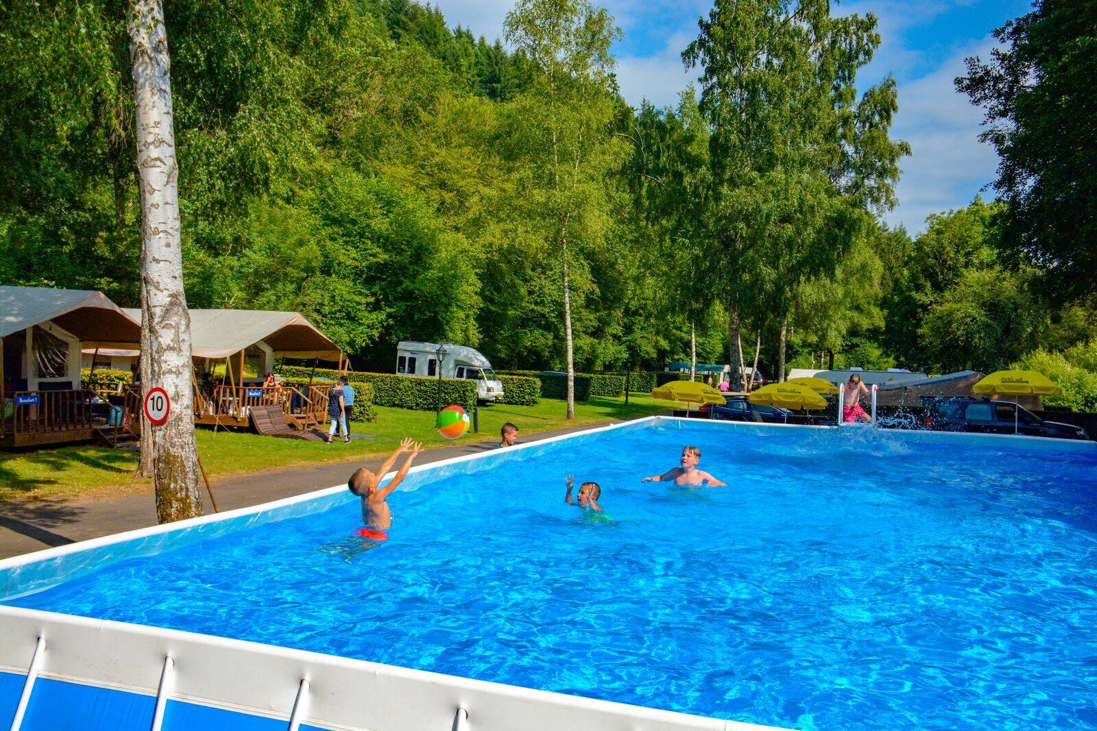 Zwembad Walsdorf spelen met bal 2