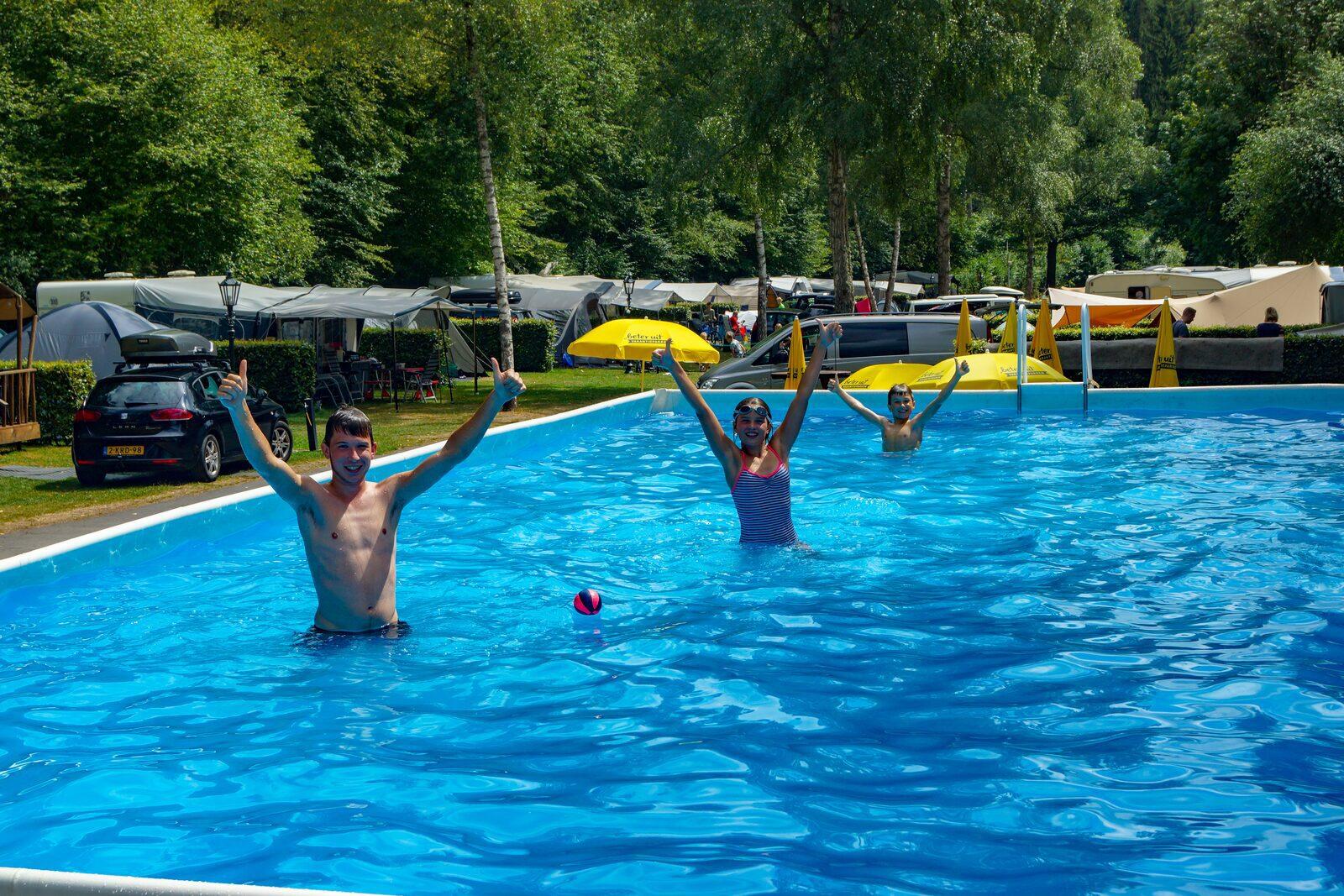 Mensen in het water duimen in de lucht