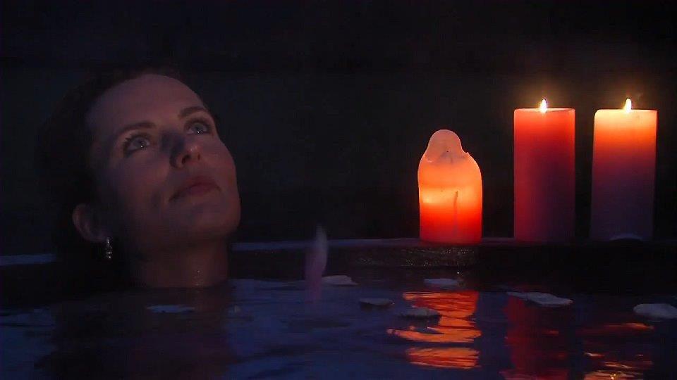 Aukje van Ginneken enjoys the hot tub at Onthaasten in de Achterhoek
