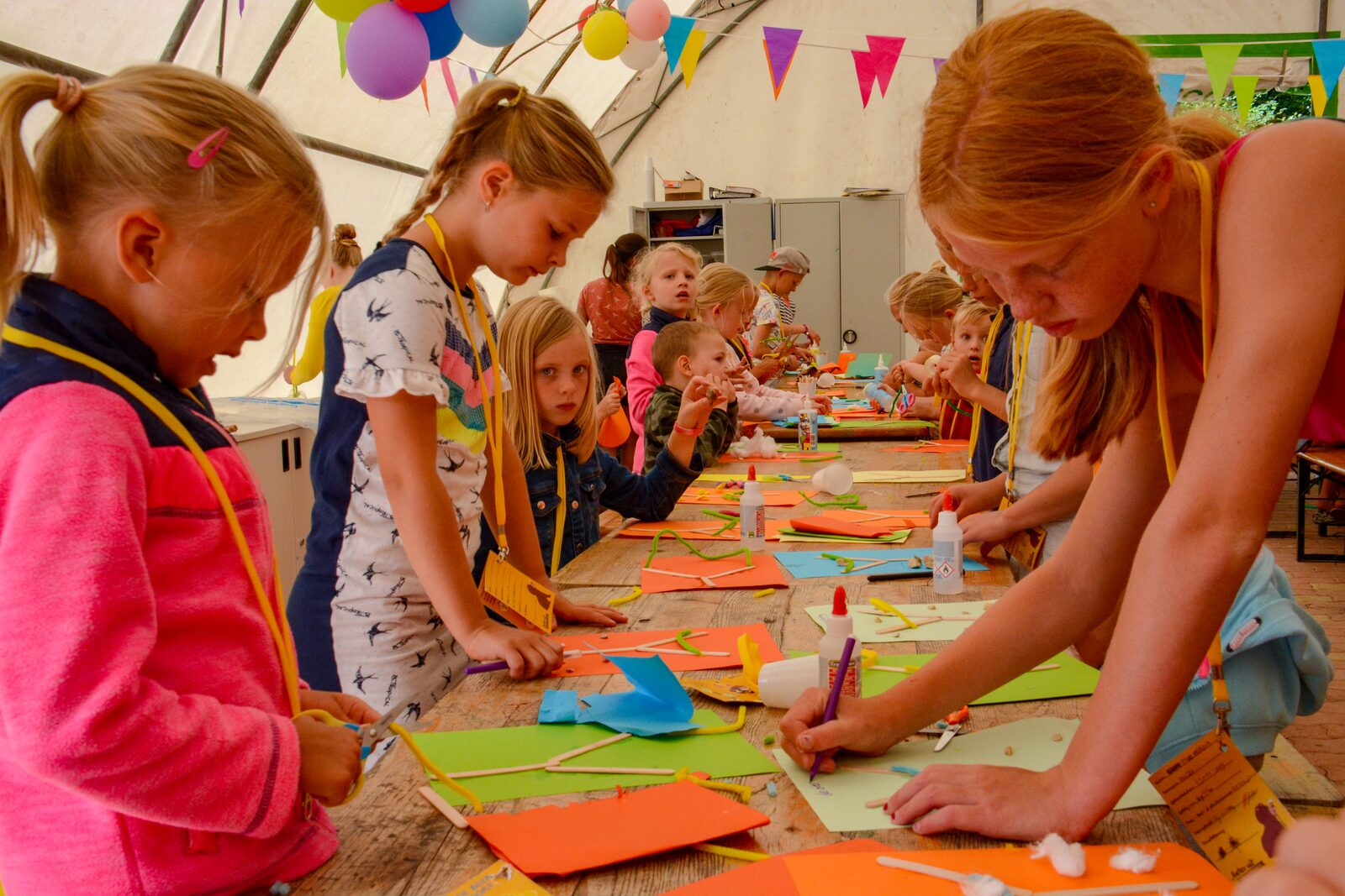 Kinderen aan het knutselen in kinderland