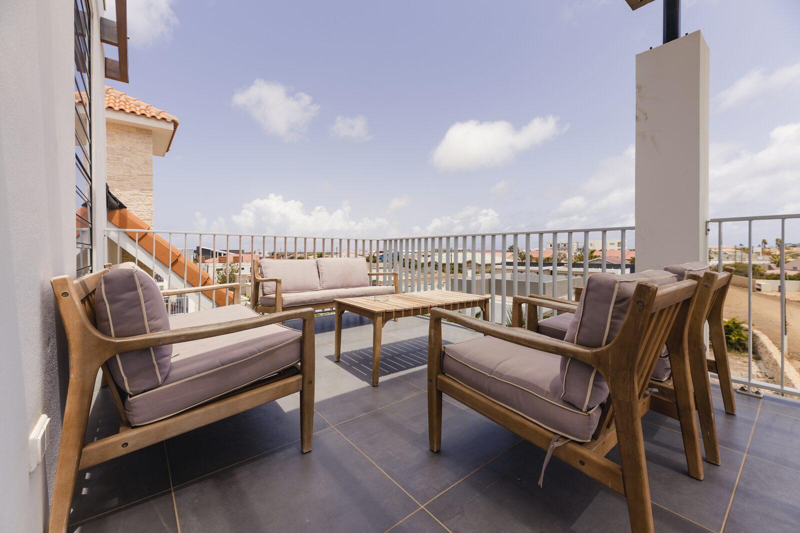 Die oberste Ferienwohnung im Resort Bonaire besitzt einen großen Balkon, von dem aus Sie den Ferienort überblicken können.