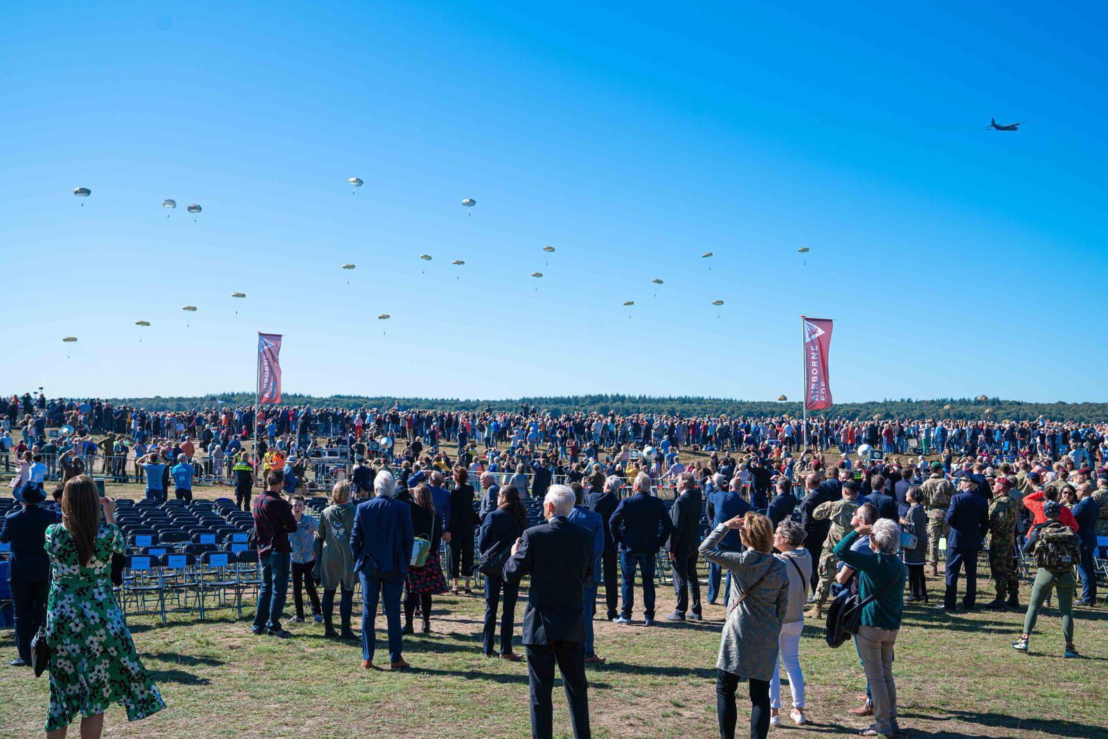 Largage de parachutistes et commémoration