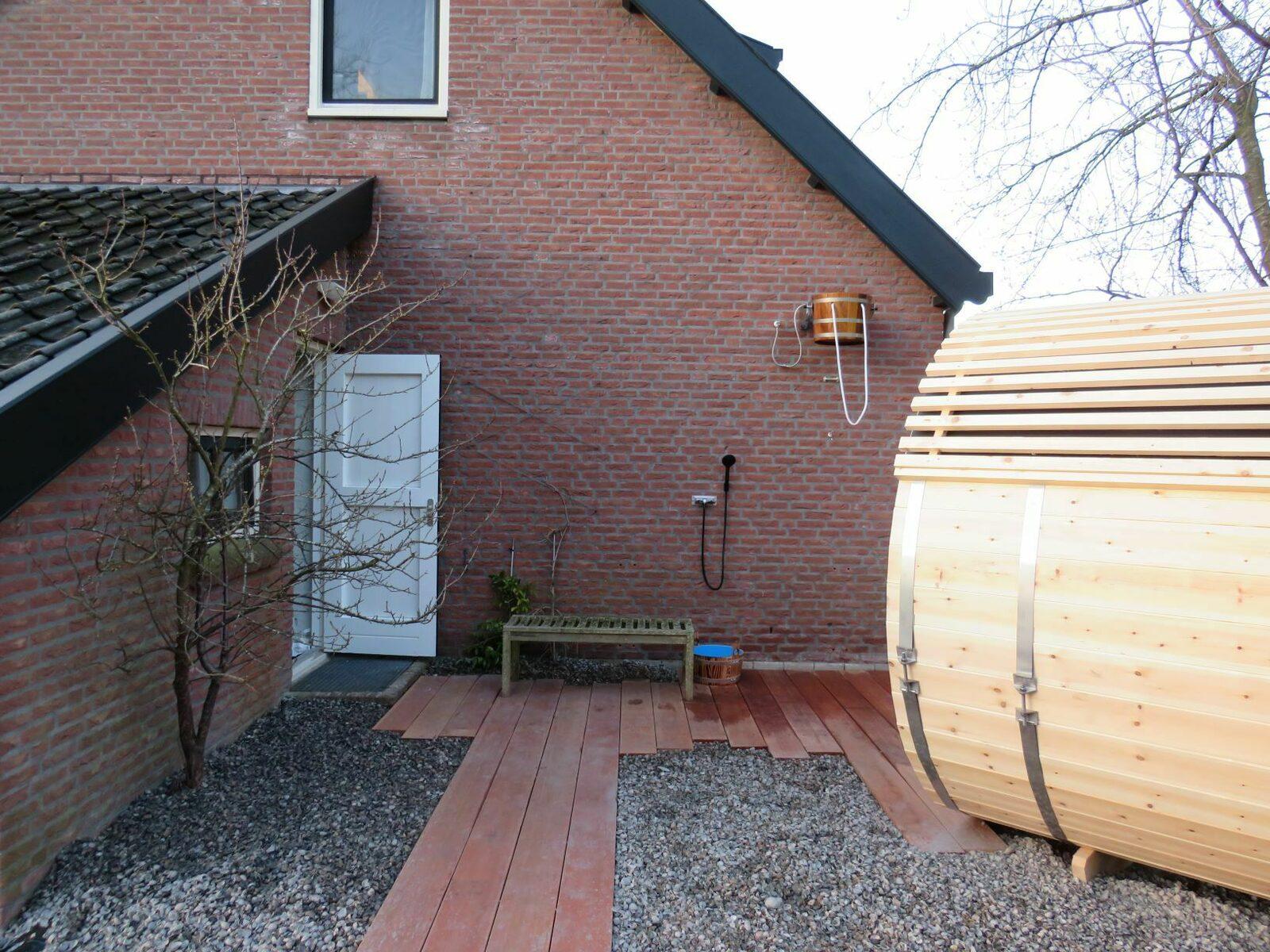 sauna muur met emmer