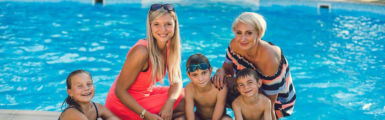 Rodina u bazénu