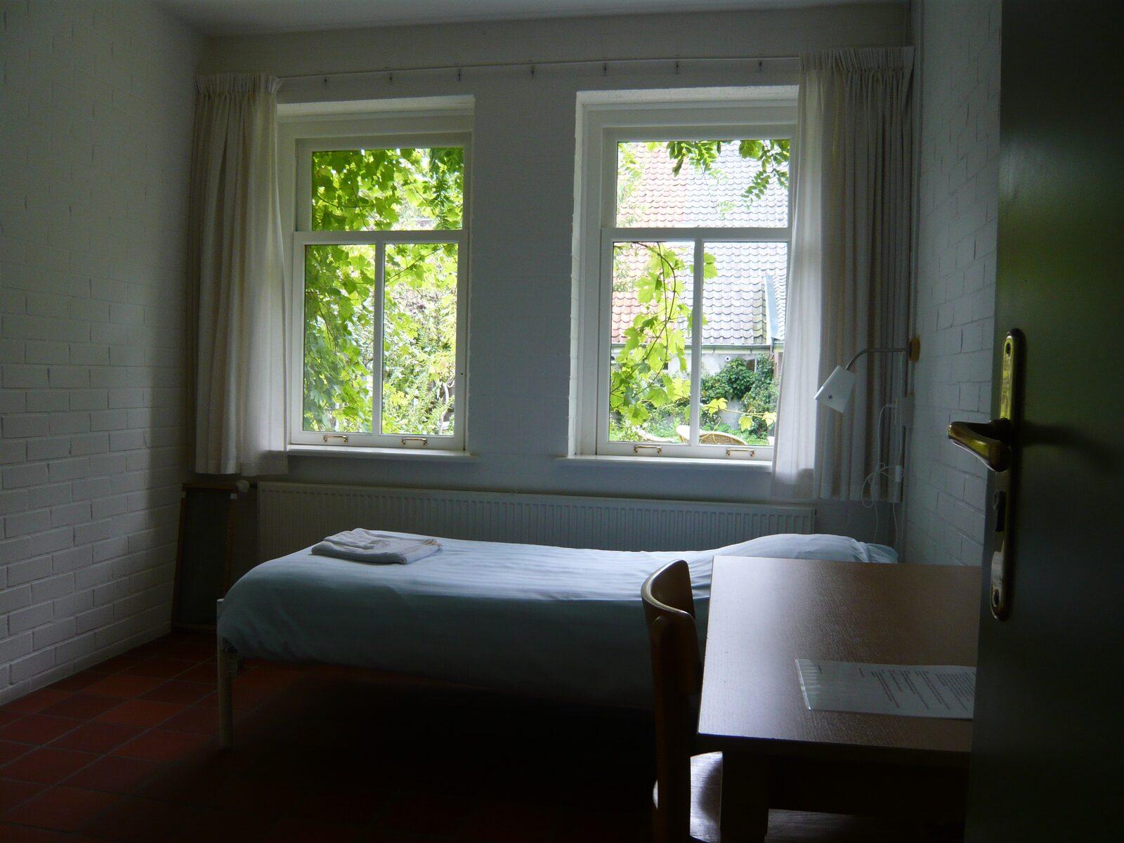 slaapkamer met ramen
